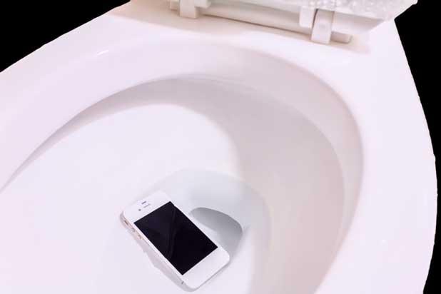 در آوردن گوشی از چاه توالت